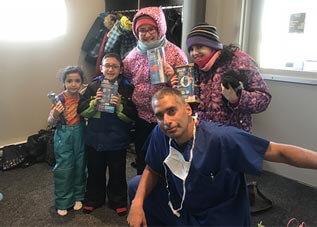 Image du Dr Éric Lacoste avec ses patients du Centre de Pédiatrie Sociale de Laval