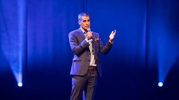 Image du Dr Éric Lacoste donnant une conférence sur scène
