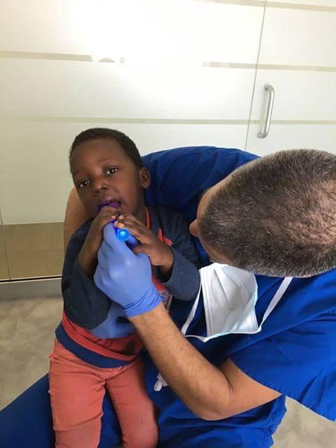 Dr Éric Lacoste traitant un enfant du Centre de Pédiatrie Sociale de Laval